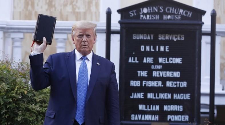 ABD Başkanı Trump İncil ile kiliseye yürüdü, protestocuları tehdit etti