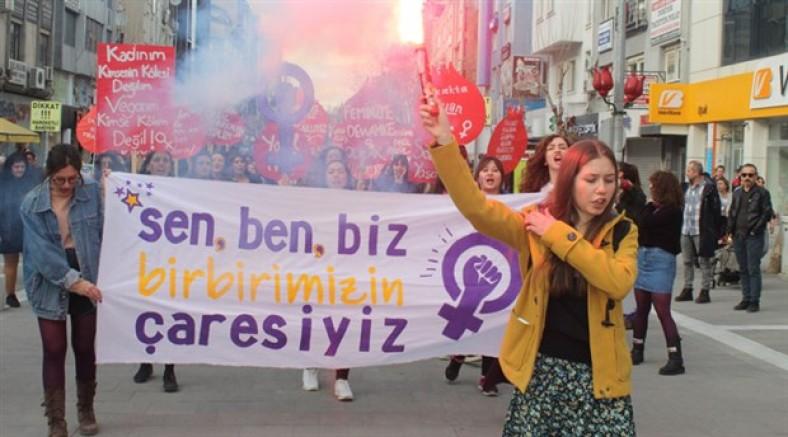 Kadınlar Uşak'ta sokağa çıktı: Sen, ben, biz geleceğimiz için altüst ederiz
