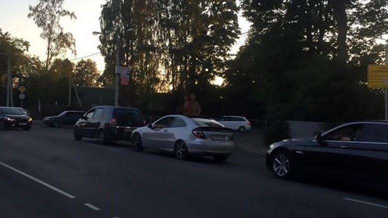 Sapık çifti gören şaşkına döndü… Trafik sıkışınca sevişmeye başladılar
